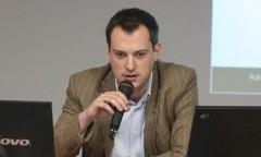 Konrad Pakosz z mikrofonem